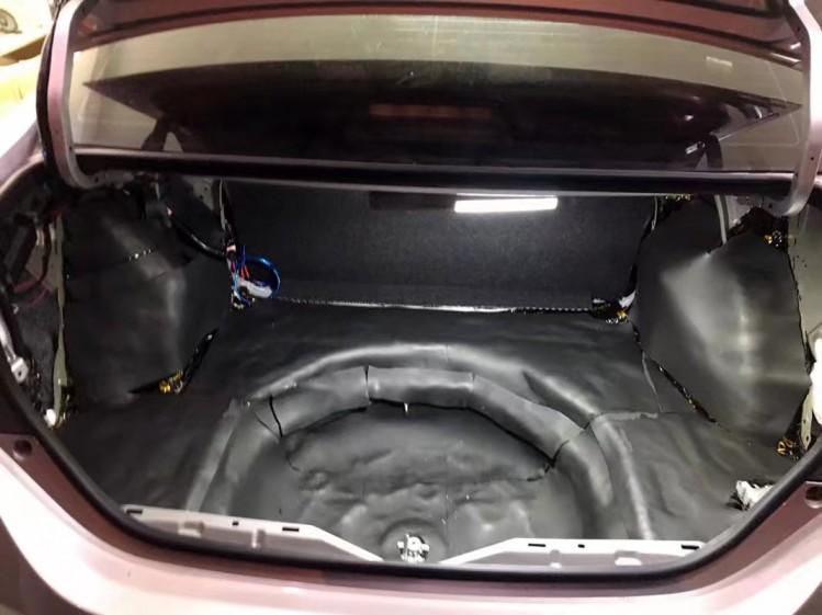 丰田雷凌隔音改装 全车中道隔音改装   施工部位:地板 后备箱隔音