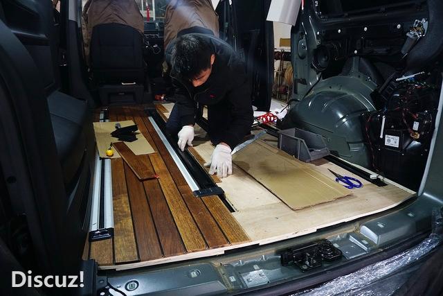 总结:柚木实木地板取代原车的地毯,第一美化了地板;第二实木地板极耐磨,弹性好,脚感舒适;第三容易清理,使得车厢看起来整洁干净等等;让视觉和触觉上都十分舒适,使整个车厢内饰高端大气上档次,与大众迈特威低调奢华有内涵的风格十分吻合。 改装店家:重庆渝大昌汽车影音 改装热线/微信同号:18983051881 地址:重庆市渝北区金开大道人和和睦北路加新沁园2号附46号(天湖美镇5号门对面)